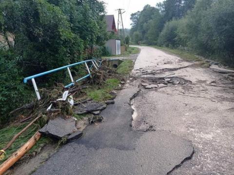 Woda wyrywała asfalt i barierki ochronne. Zniszczone sądeckie drogi po ulewie