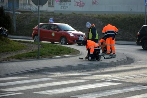 Naprawa krzywego chodnika na skrzyżowaniu Zielonej i Wyspiańskiego