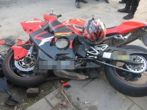Brawurowa jazda zakończyła się wizytą w szpitalu. Motocykl uderzył w barierę