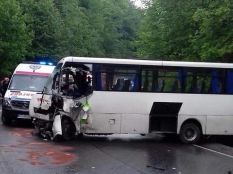 Poważny wypadek w Starej Wsi. Ciężarówka zderzyła się z busem. Są ranni