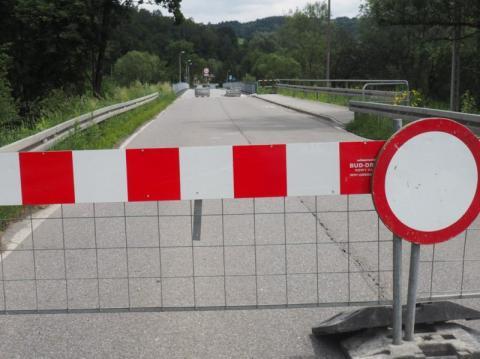 Most zamknięty, zero informacji, ludzie są wściekli. Gdzie jest prezydent!