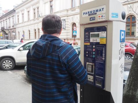 Strach i oburzenie. Zaraza się szerzy przez parkomat pod pocztą?