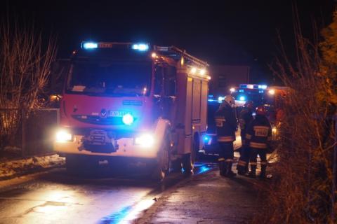 O włos od tragedii. Strażacy wyprowadzili z płonącego domu dwie starsze osoby