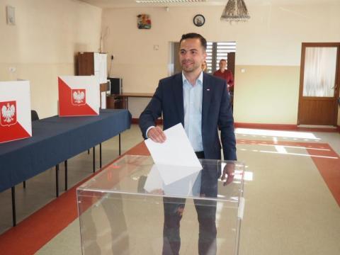 Jakub Bocheński głosował w remizie strażackiej w Podrzeczu