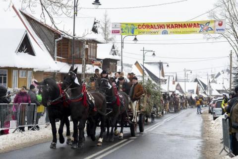 Paradny przejazd rozpoczynający 48. Góralski Karnawał w Bukowinie Tatrzańskiej