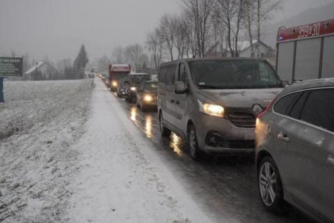 Koszmar na drodze. Trzydzieści aut utknęło w lodowej pułapce
