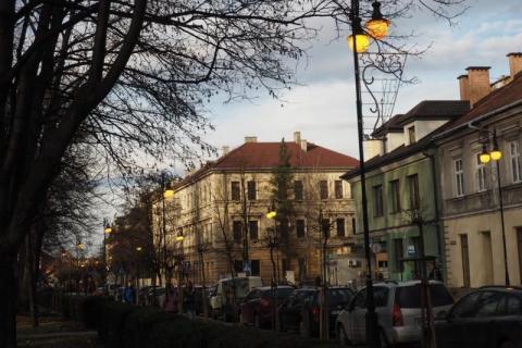 Uliczne lampy świecą w dzień na ulicach Nowego Sącza