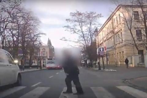 Pieszy chciał przejść na drugą stronę jezdni, wtedy nadjechał samochód [WIDEO]