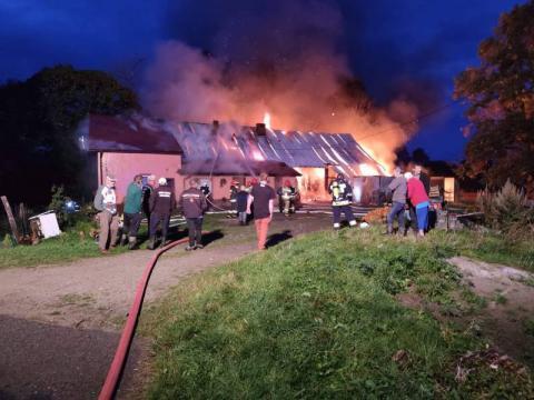 Strażacy ratowali płonący dom, pogotowie ratowało jego właścicielkę [ZDJĘCIA]
