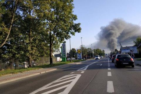 Kłęby dymu nad Nowym Sączem. Pali się market na Węgierskiej [WIDEO][ZDJĘCIA]