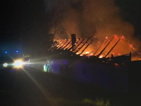 W środku nocy w Brzeznej wybuchł pożar. Dom zamienił się w płonącą pochodnię