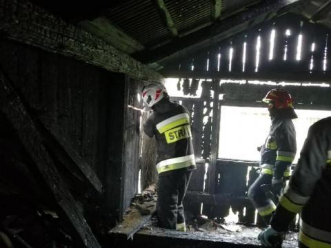 W Kamienicy palił się drewniany dom. Pożar gasiło kilkudziesięciu strażaków