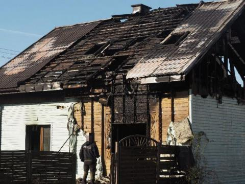 Dom zapalił się od papierosa? Lekarze walczą o życie dwóch osób