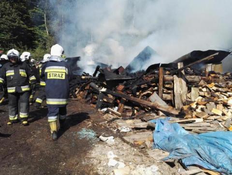 Groźny pożar w Ropicy Górnej. Właściciel poniósł ogromne straty [ZDJĘCIA]