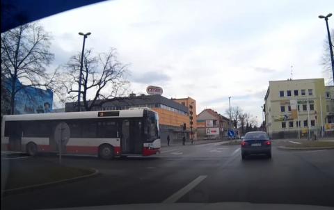 Kierowca autobusu MPK przejechał na czerwonym świetle. Omal nie doszło do kraksy