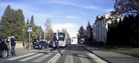Pieszy ryzykant. Przebiegł na drugą stronę drogi tuż przed pędzącym autobusem