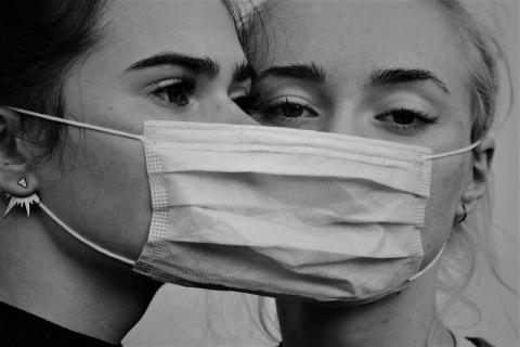Rok w izolacji. Z psychologiem o wpływie pandemii na relacje międzyludzkie