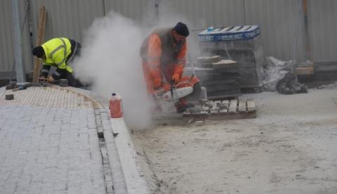 Za blaszanym ogrodzeniem na sądeckim autobusowym dworcu remont taki, że siwy dym!