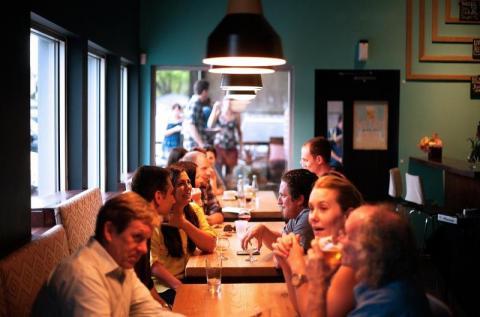 Nowe obostrzenia w strefach koronawirusa. Dostało się restauracjom i barom