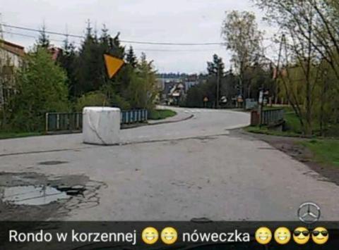 """Internet śmieje się z … """"ronda"""" w Korzennej"""