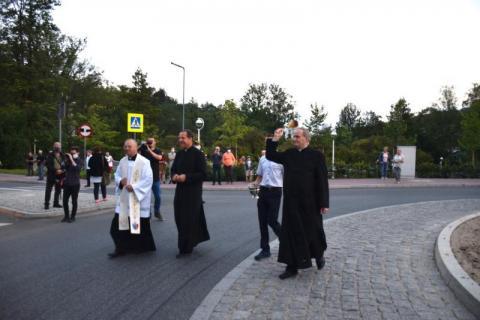 Księża poświęcili krynickie rondo. Oficjalnie nosi nazwę Prymasa Tysiąclecia