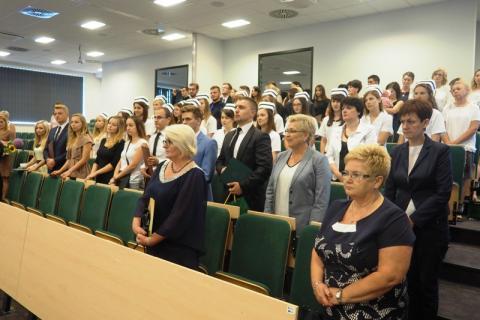 Pielęgniarki i ratownicy medyczni odebrali dyplomy ukończenia studiów