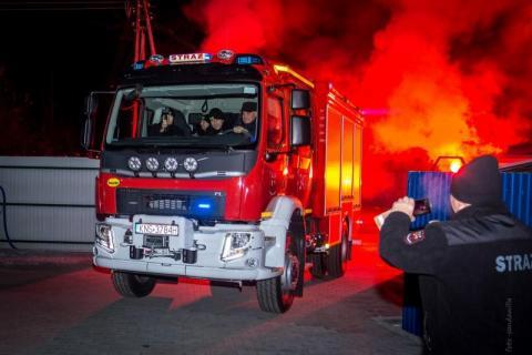 To wydarzenie przejdzie do historii Nawojowej. Strażacy otrzymali nowiutki wóz