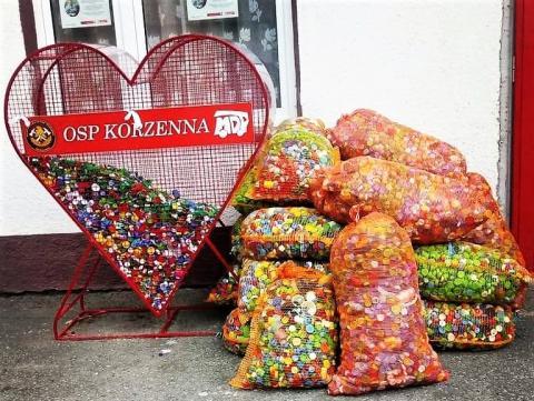 Metalowe serce pełne zakrętek. Strażacy z Korzennej zebrali już prawie 900 kg!