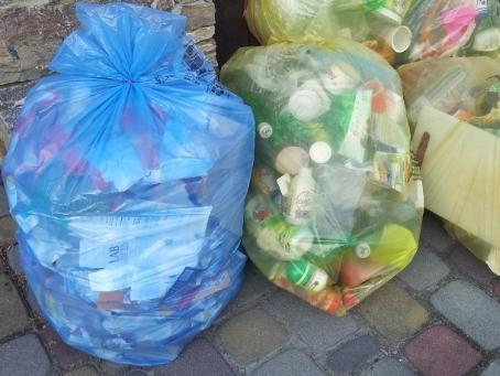 Mieszkańcy Gródka narzekają na cienkie worki i śmieci przy przystankach