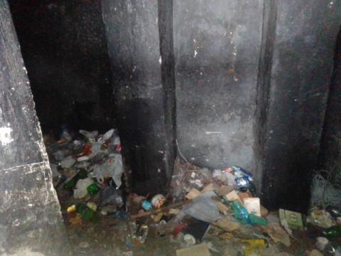Mieszkańcy skarżą się na śmieci i smród w centrum Nowego Sącza