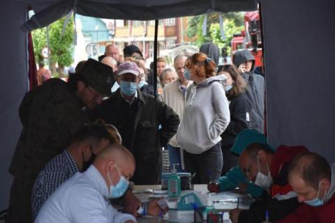 Trwa ofensywa przeciw zarazie, która znowu przybiera na sile. W ten weekend w Małopolsce  po raz kolejny będą działać plenerowe punkty szczepień.