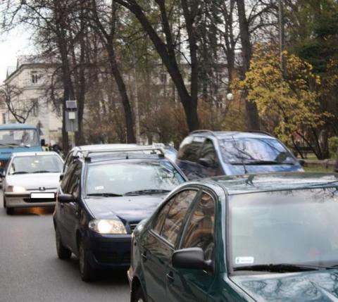 Kierowcy noga z gazu. Jesień na drogach