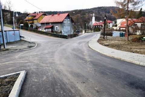 Na gwiazdkę położyli asfalt na ulicy Źródlanej w Krynicy-Zdroju!
