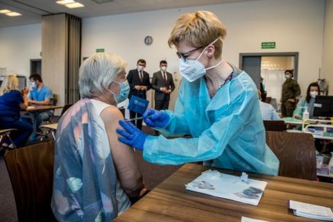 Tylko ją w całej Małopolsce zaszczepili na koronawirusa z taką wielką pompą