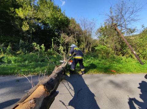 Wichura nad Sądecczyzną. Połamane drzewa, zerwane linie i uszkodzone dachy