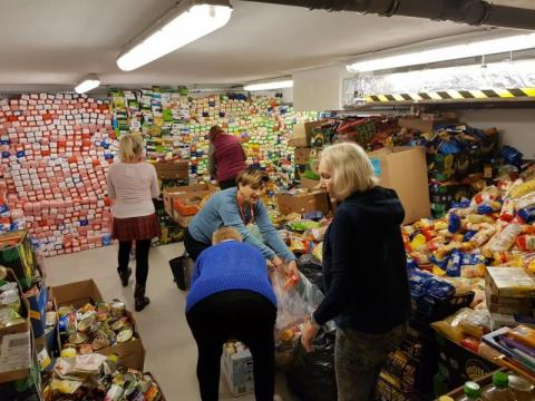 Żywności z każdym dniem przybywa. Szaleni Emeryci segregują zebrane produkty