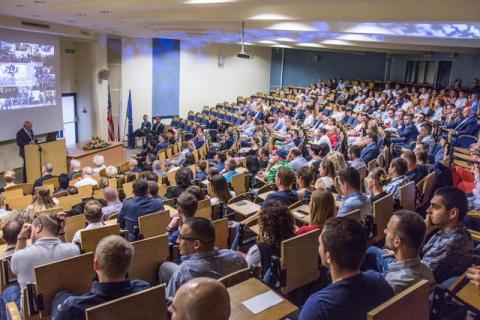 Paraliż edukacyjny trwa - WSB ma na to sposób? Polska kieruje wzrok na Nowy Sącz