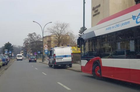 Kraksa na Alejach Wolności. Samochód zderzył się z autobusem MPK