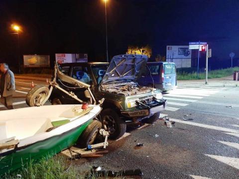 Groźny wypadek na ul. Barskiej. Uszkodzone cztery auta i łódka [ZDJĘCIA]