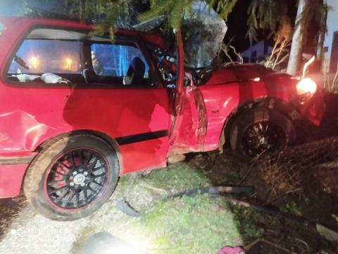 Piątkowa: samochód wypadł z drogi i uderzył w ogrodzenie [ZDJĘCIA]