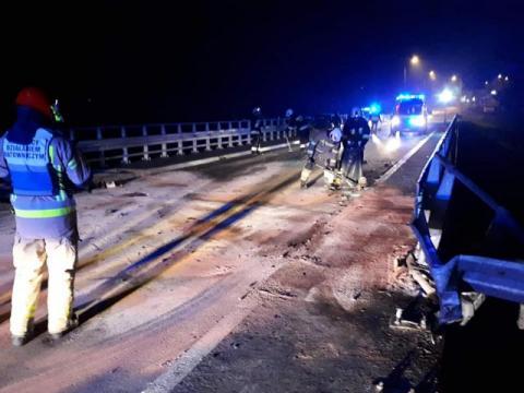 Nocny dramat w Kamienicy. Auto uderzyło w most, silnik wyleciał w powietrze
