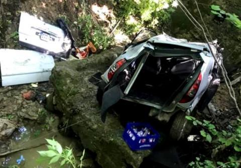 Horror. Runął samochodem z wysokiej skarpy prosto na skały [ZDJĘCIA]