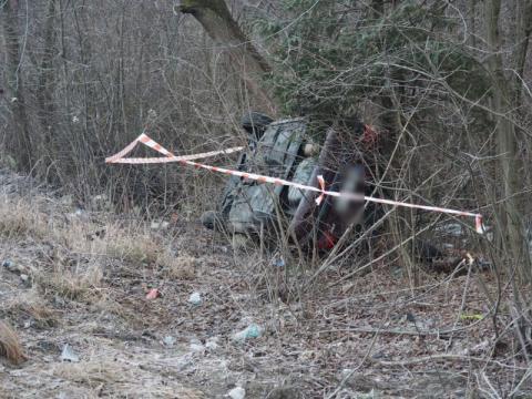Samochód wypadł z drogi i zatrzymał się na boku w zaroślach. A co z kierowcą?