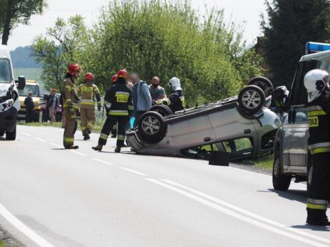Karambol we Frycowej. Na drodze krajowej zderzyło się sześć samochodów [ZDJĘCIA]
