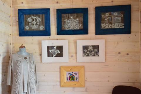 Malowane na szkle, inspirowane sztuką ludową obrazy Anety Stanowskiej w