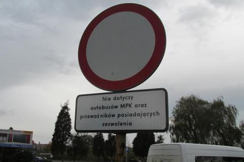 Zrobili parking z zakazem wjazdu? O co chodzi przy Bulwarze Narwiku?