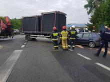 Wypadek w Białej Niżnej. Samochód wbił się w przyczepę ciężarówki [ZDJĘCIA]