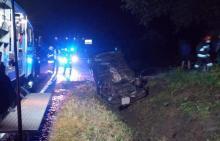 Nocny wypadek w Obłazach Ryterskich. Samochód wylądował na dachu, a co z ludźmi?
