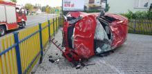 Wypadek na ul. Prażmowskiego. Samochód dachował i uderzył w budynek firmy