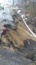 Żywioł zniszczył im jedyny dojazd do domów. Natychmiast pomogli sąsiedzi
